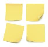 Sistema de cuatro notas de post-it amarillas en blanco realistas aisladas ilustración del vector