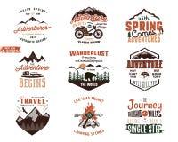 Sistema de diseños de las camisetas de la aventura del vintage Etiquetas dibujadas mano del viaje Explorador de la montaña, pasió libre illustration