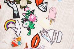 Sistema de diversas etiquetas engomadas del bordado en la ropa Imagenes de archivo