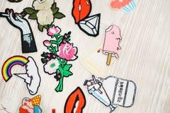 Sistema de diversas etiquetas engomadas del bordado en la ropa Foto de archivo libre de regalías