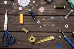 Sistema de diversas fuentes de costura en superficie de madera Fotos de archivo libres de regalías