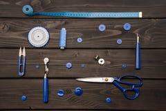 Sistema de diversas fuentes de costura en superficie de madera Foto de archivo