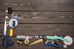Sistema de diversas fuentes de costura en superficie de madera Fotos de archivo