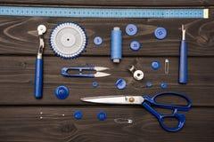 Sistema de diversas fuentes de costura en superficie de madera Fotografía de archivo