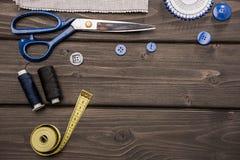 Sistema de diversas fuentes de costura en superficie de madera Fotografía de archivo libre de regalías
