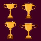 Sistema de diversas tazas brillantes de oro del trofeo Vector el ejemplo con los premios coloridos aislados, diseño plano Imagenes de archivo