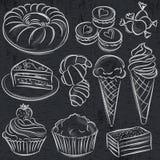 Sistema de diversos caramelos en la pizarra Foto de archivo