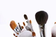 Sistema de diversos cepillos del maquillaje en el fondo blanco Fotos de archivo libres de regalías