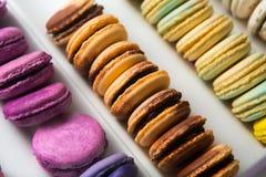 Sistema de diversos macarrones franceses de las galletas en una caja blanca primer Café, chocolate, vainilla, limón, frambuesa Imagen de archivo libre de regalías