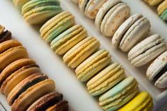 Sistema de diversos macarrones franceses de las galletas en una caja blanca primer Café, chocolate, vainilla, limón, frambuesa Foto de archivo libre de regalías