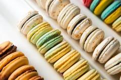 Sistema de diversos macarrones franceses de las galletas en una caja blanca primer Café, chocolate, vainilla, limón, frambuesa Fotos de archivo