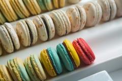 Sistema de diversos macarrones franceses de las galletas en una caja blanca primer Café, chocolate, vainilla, limón, frambuesa Fotos de archivo libres de regalías