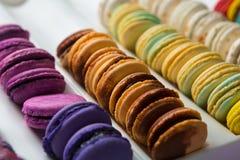 Sistema de diversos macarrones franceses de las galletas en una caja blanca primer Café, chocolate, vainilla, limón, frambuesa Imagenes de archivo