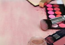 Sistema de diversos productos de maquillaje en tono rosado Foto de archivo libre de regalías