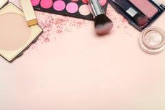 Sistema de diversos productos de maquillaje en tono rosado Imágenes de archivo libres de regalías