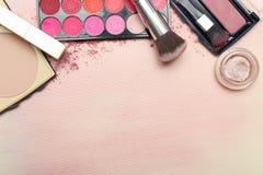 Sistema de diversos productos de maquillaje en tono rosado Fotos de archivo libres de regalías