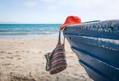 Sistema de diversos ropa y accesorios para las mujeres en la playa Foto de archivo
