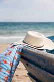 Sistema de diversos ropa y accesorios para las mujeres en la playa Fotos de archivo libres de regalías