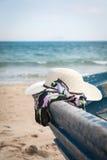 Sistema de diversos ropa y accesorios para las mujeres en la playa Fotografía de archivo libre de regalías