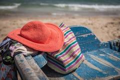 Sistema de diversos ropa y accesorios para las mujeres en la playa Imagenes de archivo