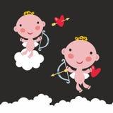 Sistema de dos ángeles lindos del bebé con el arco y las flechas en el cielo Imagenes de archivo