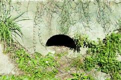 Sistema de drenagem concreto subterrâneo abaixo da rua para a água adicional na estação da chuva foto de stock