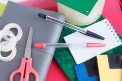 Sistema de efectos de escritorio de la escuela y de la oficina en el fondo blanco Fotos de archivo libres de regalías