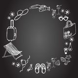 Sistema de elementos de las vacaciones de verano en el fondo negro Foto de archivo libre de regalías