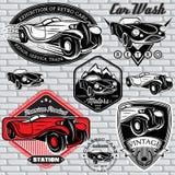 Sistema de emblemas con el coche retro en la pared Foto de archivo
