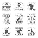 Sistema de emblemas, de etiquetas, de insignias y de logotipos del vintage del circo en estilo monocromático en el fondo blanco Fotos de archivo