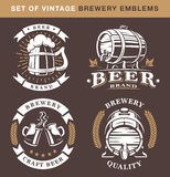 Sistema de emblemas de la cervecería del vintage en fondo oscuro Imagen de archivo
