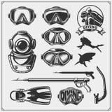 Sistema de emblemas del buceo con escafandra Natación subacuática y etiquetas, logotipos y elementos spearfishing del diseño Fotografía de archivo