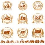 Sistema de emblemas del granjero del vintage con los tractores Diseñe el elemento para el logotipo, etiqueta, muestra, cartel, ca stock de ilustración