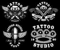 Sistema de emblemas monocromáticos del tatuaje en fondo oscuro Foto de archivo