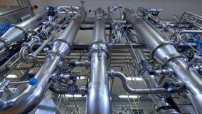 Sistema de encanamento brilhante, tubulações de aço inoxidável na planta industrial 4K filme