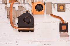 Sistema de enfriamiento del ordenador en los tablones de madera blancos Heatpipe y radiadores, microprocesador, transistores fotografía de archivo
