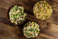 Sistema de ensaladas festivas de la mayonesa en la tabla de madera Foto de archivo libre de regalías