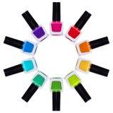 Sistema de esmaltes de uñas multicolores Tarros del arco iris con el esmalte de uñas Imágenes de archivo libres de regalías