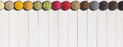 Sistema de especias en hierbas en la tabla blanca Condimentos multicolores w fotos de archivo