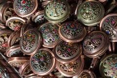 Sistema de espejos redondos del bolsillo del vintage con el modelo fotos de archivo libres de regalías