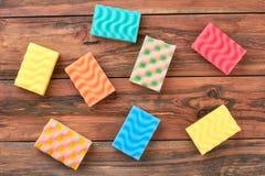 Sistema de esponjas multicoloras de la limpieza de la cocina Foto de archivo libre de regalías