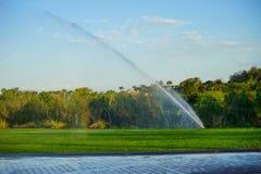 Sistema de espray de la irrigación del jardín fotos de archivo libres de regalías