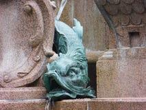 Sistema de estatuas en una fuente fotos de archivo libres de regalías