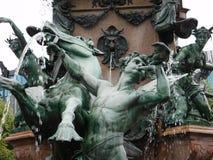 Sistema de estatuas en una fuente imágenes de archivo libres de regalías