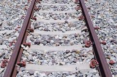 Sistema de estradas de ferro para a plataforma diesel do trem, tiro do close up Fotos de Stock
