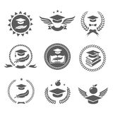 Sistema de etiquetas del casquillo de la graduación El logotipo del estudio de universidad, del diploma y del sombrero diseña vec Imágenes de archivo libres de regalías