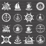 Sistema de etiquetas del vintage, de iconos y de elementos náuticos del diseño Fotos de archivo