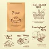 Sistema de etiquetas dibujadas mano del pan en maqueta de la bolsa de papel Imagen de archivo