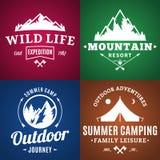 Sistema de etiquetas el acampar y de la actividad al aire libre stock de ilustración