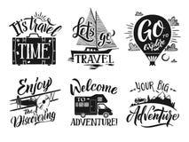 Sistema de etiquetas monocromático del viaje con palabras y letras de la escritura de la mano Símbolos del vector de la aventura Foto de archivo